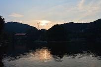 傍晚时的帽峰山水库