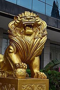 一座脚踩球的狮子雕塑