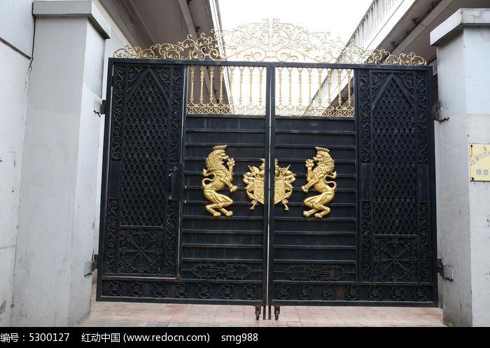 镶嵌狮子标志的黑色铁艺大门图片