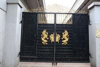 镶嵌狮子标志的黑色铁艺大门