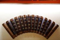 北京大观园内的竹雕古诗词背景墙
