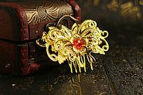 红木首饰盒旁的复古蝴蝶金色新娘发钗