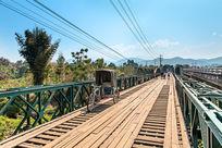 木质的铁桥路面