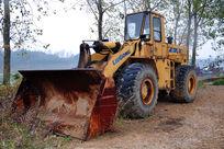生锈的铲车