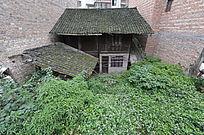 城墙下的小屋