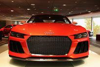 红色奥迪豪华轿车正面低角度拍摄