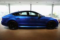 蓝色奥迪豪华轿车正面低角度拍摄