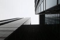 现代黑色装修的高楼大厦天空仰视