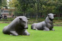 二头老黄牛的雕塑