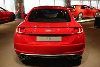 红色豪华奥迪轿车TTS背面