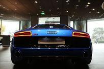 蓝色奥迪R8V10豪华轿车背面低角度拍摄