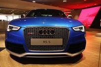 蓝色奥迪RS5豪华轿车正面低角度拍摄