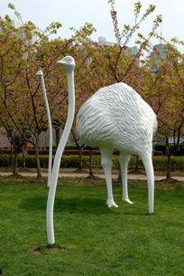 鸵鸟捉迷藏的雕塑