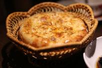 新疆美食馕装在小篮子里