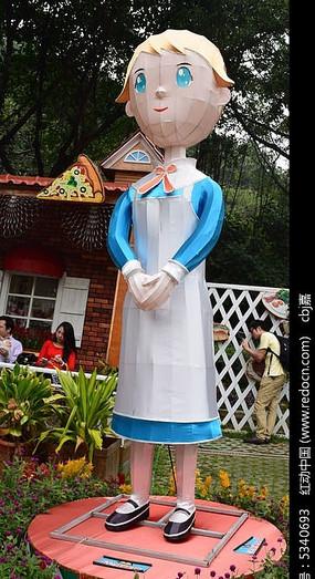 一个穿着裙子的小女孩雕塑