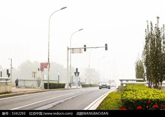 交通公路路灯图片