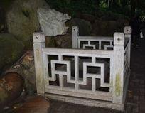 龙头雕塑与石栏
