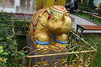 围栏里的大象雕塑