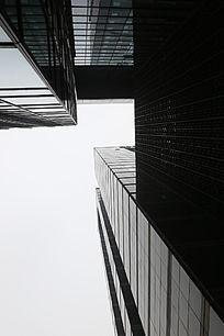 仰视玻璃幕墙的摩天大楼