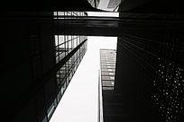 在黑色的玻璃幕墙高楼下