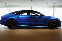 展厅中蓝色豪华奥迪轿车侧面