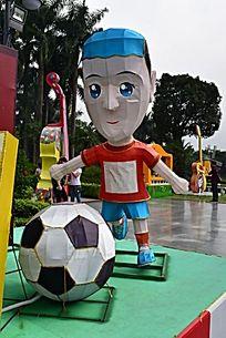 正在踢足球的球员雕塑