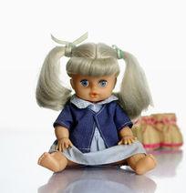 白色背景下拍摄女娃娃和她的鞋子