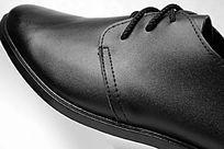 黑色系带皮鞋前细节