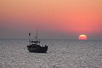 日出时刻海上渔船