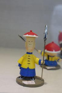 手握长枪的清朝士兵卡通雕塑造型