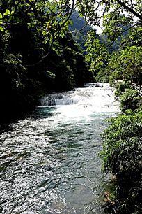 贵州小七孔奔腾的河流