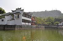 白色的水上建筑