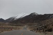 笔直的公路通往雪山