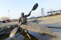 单人皮划艇雕塑
