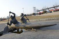 双人皮划艇雕塑