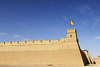 城外看蓝天下的嘉峪关城墙哨楼