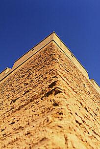 大角度仰视嘉峪关城墙