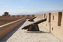 嘉峪关城楼上的古代大炮阵列