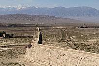 嘉峪关古城墙延伸到远方