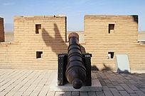 嘉峪关上的古代铁制大炮