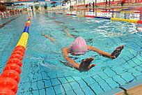 即将到达终点的游泳比赛选手