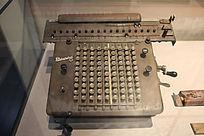 抗战纪念馆中展出的各式军刀旧打字机
