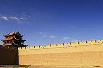 蓝天下的嘉峪关城墙和城楼