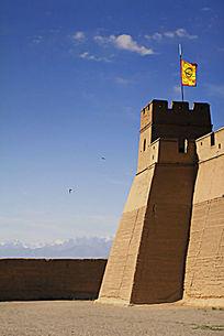 蓝天下的嘉峪关城墙哨楼