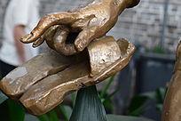 手里拿着鞋子雕塑