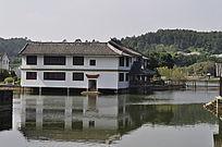 双层阁楼的水上房子