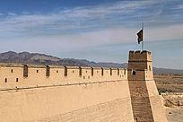 眺望嘉峪关碉楼和远方的山脉
