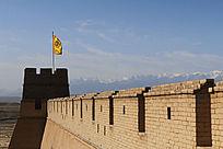 雪山就在嘉峪关城墙的远方