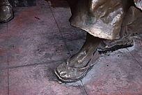 一只穿着布鞋的脚掌特写