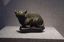 一只黑猫雕塑